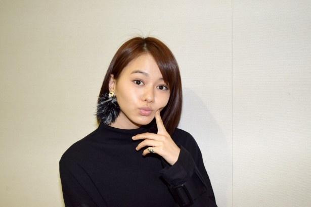 【写真を見る】天真爛漫(らんまん)な山本舞香は、カメラを向けるとキュートな表情に!