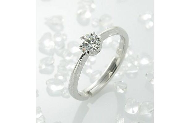 仮の婚約指輪としてプロポーズを盛り上げるリングはサイズを聞かなくても着けられる構造