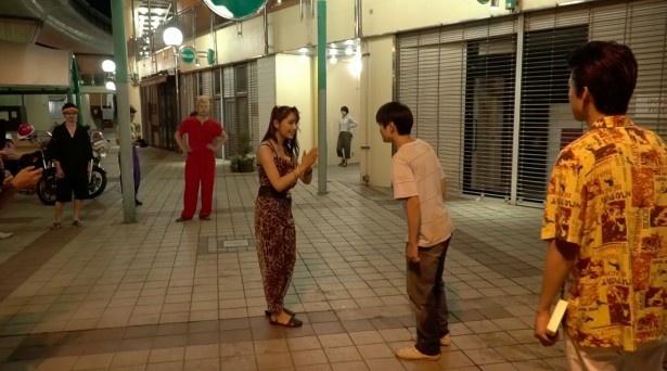 【写真を見る】思わず固まった主演俳優に浅川梨奈も慌てて…