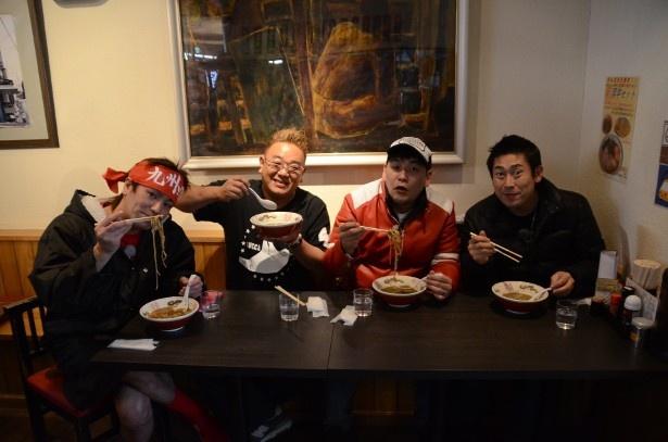 【写真を見る】熊本グルメを堪能する狩野、サンドウィッチマン(伊達、冨澤)、マギー