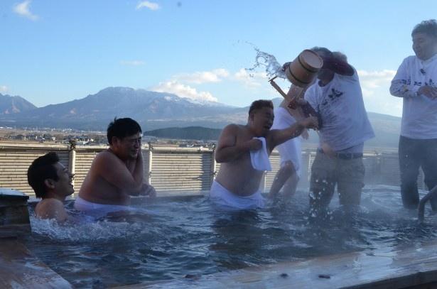 温泉を満喫するワンシーン
