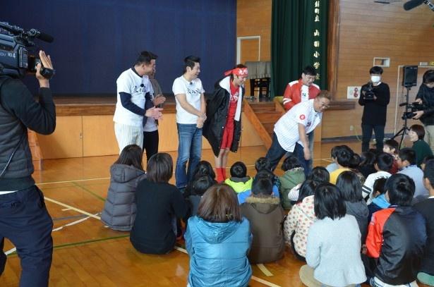 阿蘇市の小学校でネタも披露!