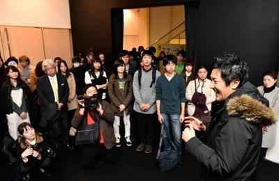 イベントリハーサル前に大阪芸術大学の学生らにレクチャーするチームラボ代表取締役の猪子寿之