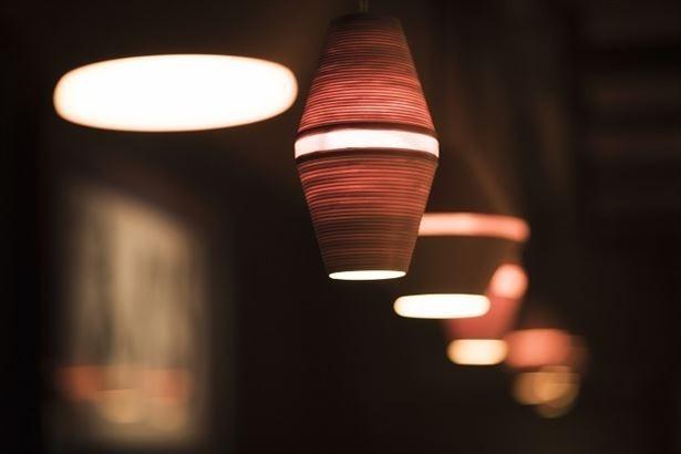 【写真を見る】落ち着いた空間を作り出す青森の工芸品「BUNACO」
