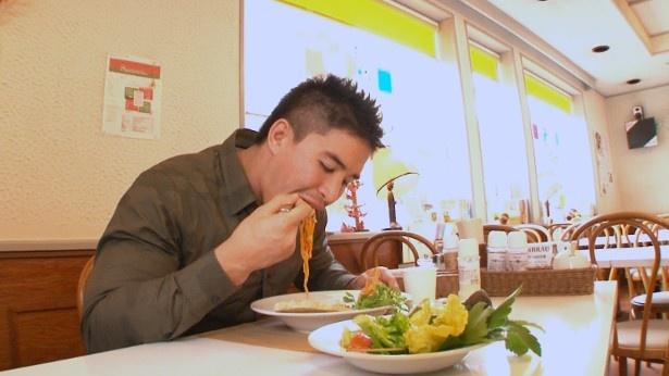 【写真を見る】茉秋選手は、行きつけのイタリアンレストランで「おいしい記憶」について語る