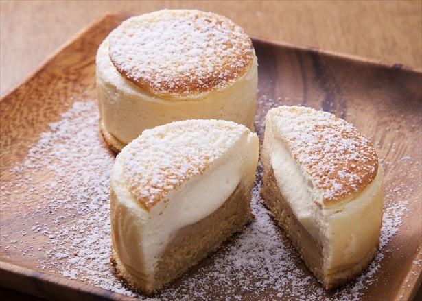 クッキー生地とシュー生地の中にはカスタードと生クリームが入った「ふらのミルクチーズスフレ」(856円)