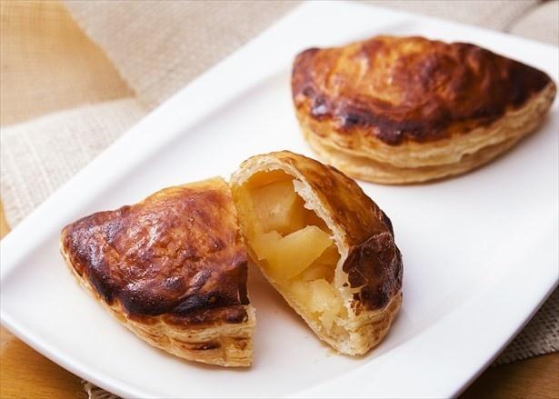 七飯町産の酸味の強いりんご「ほおずり」を使用した爽やかな味わいの「ほおずりリンゴのアップルパイ」(351円)