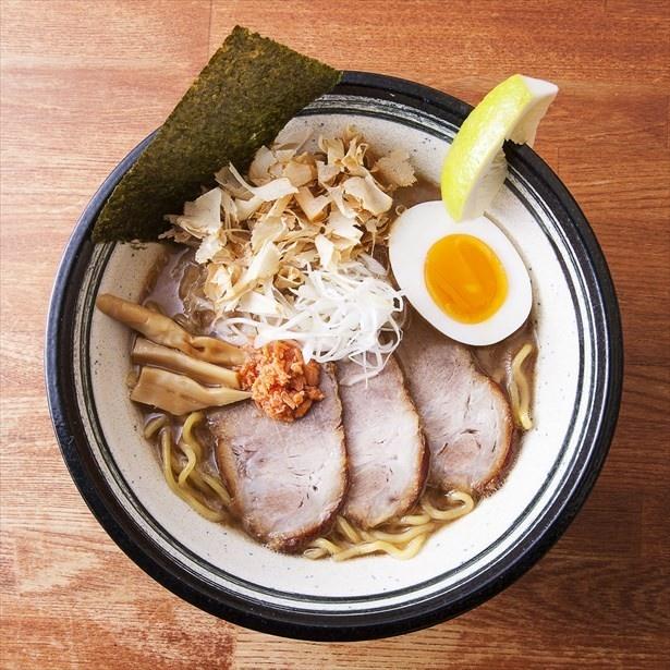 鮭ぶしから取った鮭だしスープが特徴、麺匠赤松の「和こく鮭だし醤油スペシャル」(1080円)