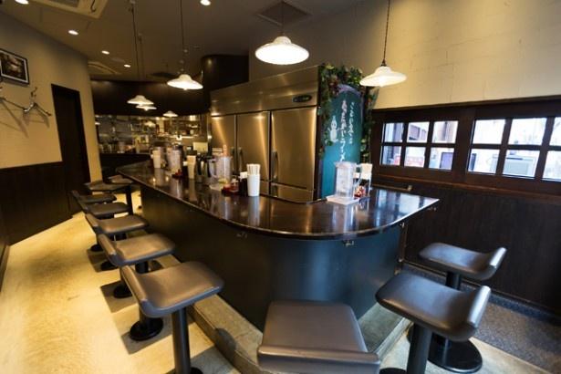 調理風景が見えるオープンキッチンスタイル。ジャズとともに、ゆっくりとした時間が流れる