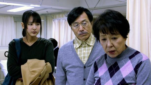 妹(沖ちづる)、母(立石涼子)、父(平田満)は心配をするが…