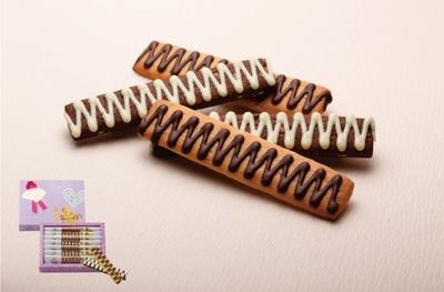 ローストアーモンドクッキーにミルクチョコレート、チョコレートクッキーにホワイトチョコレートをかけたスティック状のクッキー「チョコがけクッキー」(7本入540円)