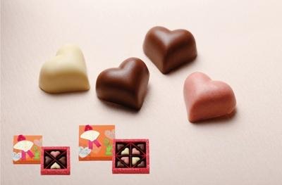 ミルク、ストロベリー、ホワイトのハート型チョコレートを詰め合わせた「ハートチョコレート」(4個入378円、8個入756円)