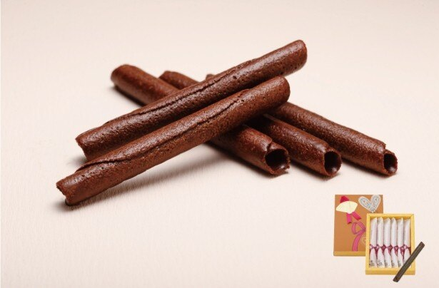サクサク食感のラングドシャ生地を葉巻状に焼き上げてチョコレートをかけた「チョコレートパリジェ」(6本入348円)