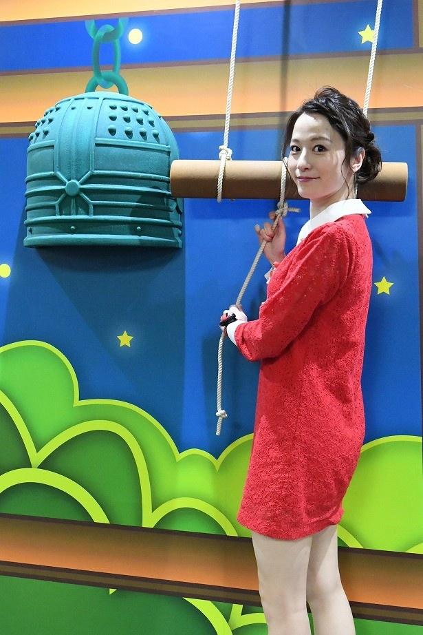 【写真を見る】年越し番組にちなみ、宮島咲良は除夜の鐘をつくポーズ!