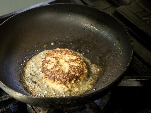 【写真】揚げ物だけでなく粗挽きハンバーグも!!香ばしく焼かれた表面を見るだけでヨダレが…!