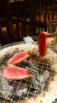 テーブルに七輪を置き、備長炭で肉を焼く。肉を最もおいしく食べる方法だそう。もちろん煙対策も万全