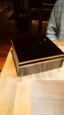 テーブルに運ばれてきたのは煙を漂わせた美しい箱。果たしてその中には?