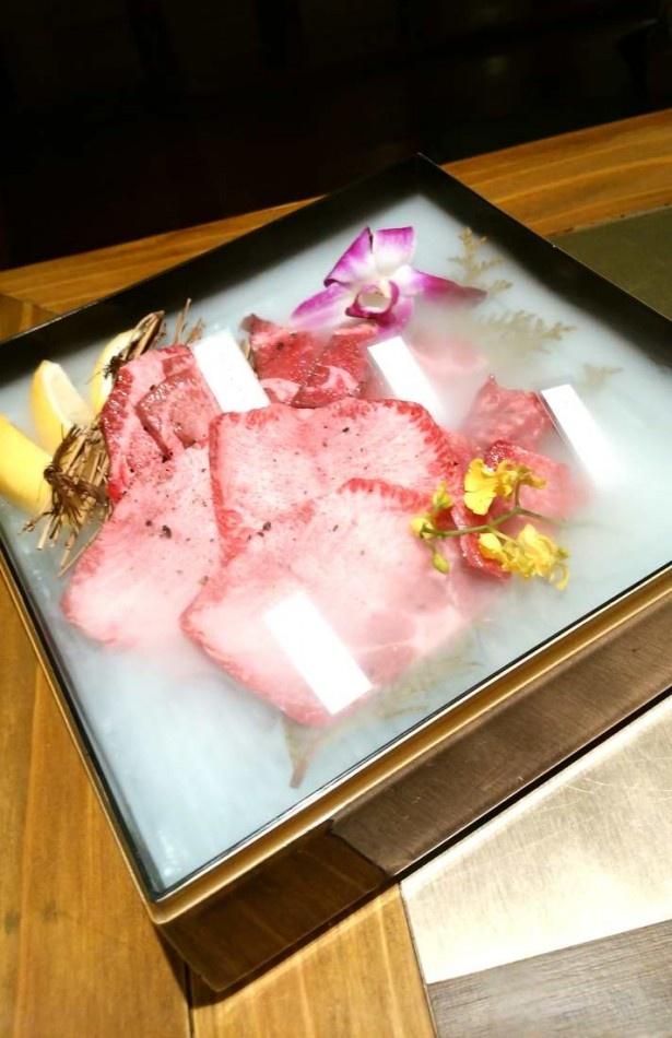 煙漂う箱は多彩な種類のタンが並ぶ「タンの玉手箱」。定番のタン塩、厚切りタン塩、タンカルビなど4種類のタンの食べ比べができる