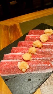 大根おろしをのせた薄切りカルビを片面だけさっと焼いて食べる「ブリスケみぞれ片面焼き」(780円)。ポン酢の味わいでサッパリと
