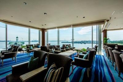 【写真を見る】窓一面に海が広がる、ラウンジ&バー「マリンブルー」