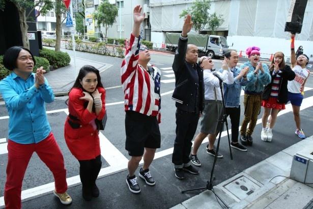 【写真を見る】トライアスロンに挑む選手のごとく、トシが参戦メンバーを代表して選手宣誓!