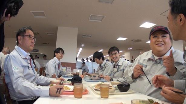 食堂で社員と食事するマツコ
