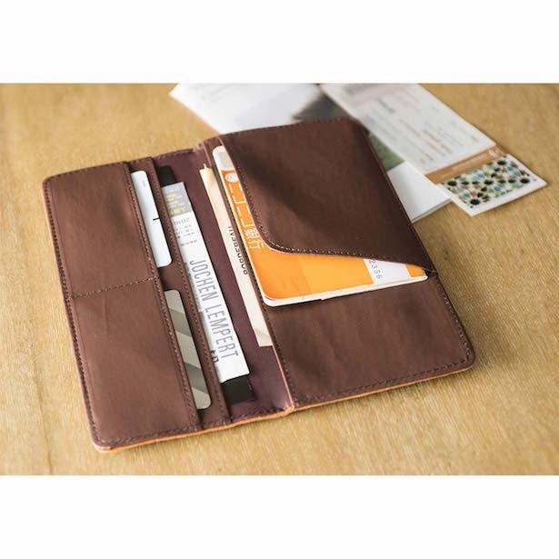 「横長ケース」通帳やカードの収納に。海外へ行く際は、パスポートケースにも。 サイズ/縦約9.5cm、横約22cm(閉じた状態)