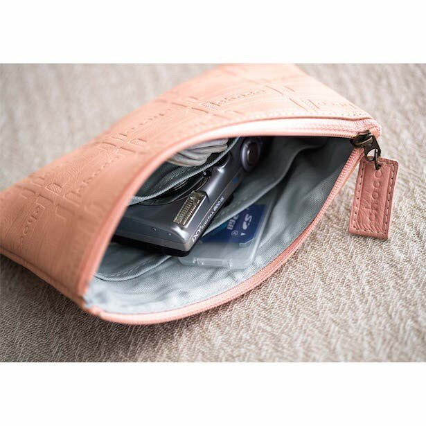 内ポケットがふたつ付いているので、デジタルカメラとUSBなど、きちんと分けて収納できます。 サイズ/縦約11.5cm、横約18cm