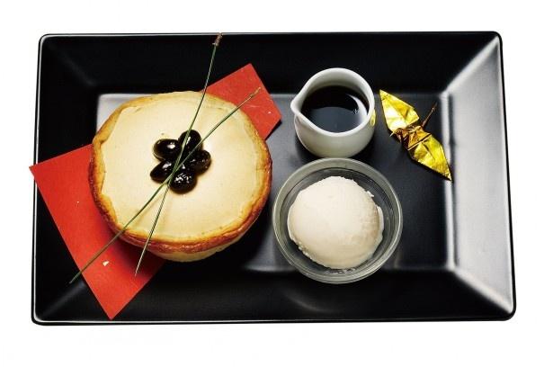 【画像を見る】タルトの上には松葉をのせ、さらに赤の折り紙と金の鶴を飾り、プレートが紅白金で彩られお正月カラーを表現している。