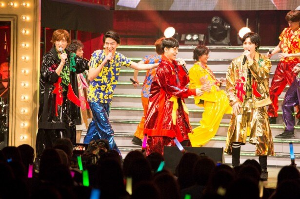 観客はペンライトを振りながら、ライブを盛り上げる! (左から)植原卓也、甲斐翔真、SANGMIN、桜田通
