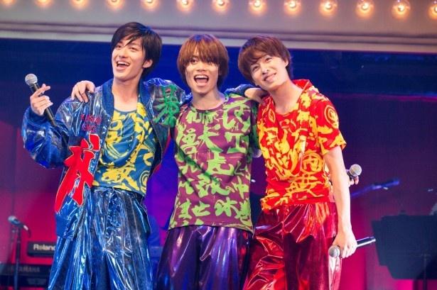 新人ハンサム・太田将熙(中央)、富田健太郎(右)と共に歌う先輩ハンサム・水田航生(左)