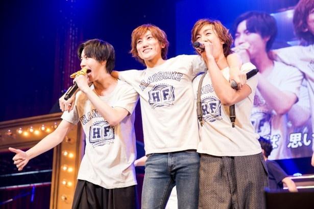 アンコールでファンの声援に応えるメンバー(左から)桜田、植原、青柳