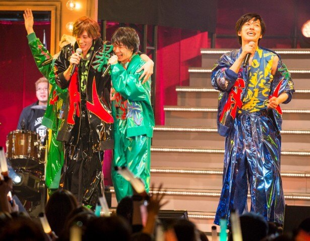 アイドルのライブ並みのパフォーマンスを見せる(左から)植原、神木、水田