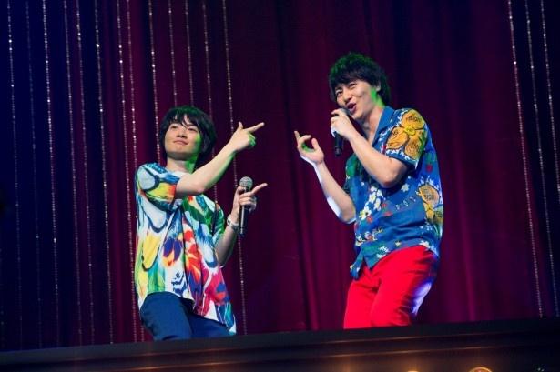 息のピッタリ合った歌とダンスを披露する神木隆之介(左)と伊藤直人(右)