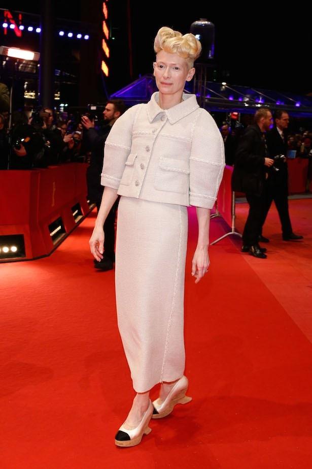 こんなファッションと髪型が似合うのはティルダ・スウィントンだからこそ?
