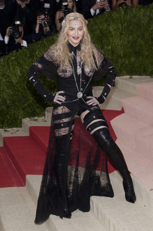 ガラ・イベントにド派手なファッションで登場したマドンナ