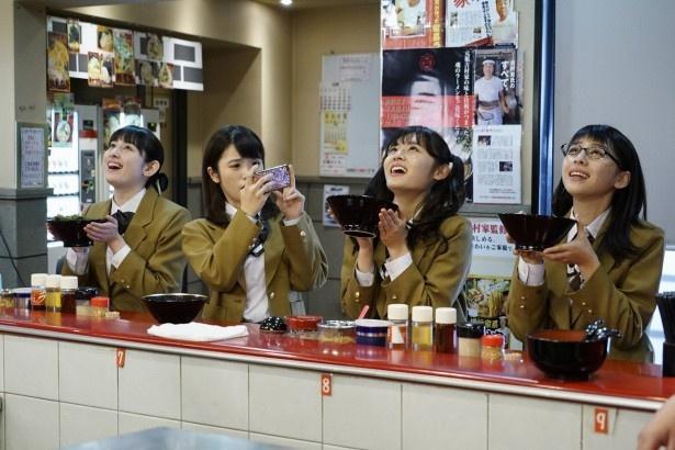 【写真を見る】おいしいラーメンを食べ終えたときの女子高校生たちの至福の表情も注目!