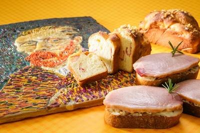 「名古屋東急ホテル」の「モンマルトル」で販売されるタマネギとハムのオープンサンド(右、1個450円)やタマネギとハムのブリオッシュ(奥、1個420円)