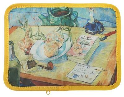 龍角散ポーチ(1458円、龍角散のど飴2個付き)。ゴッホの「タマネギの皿のある静物」柄