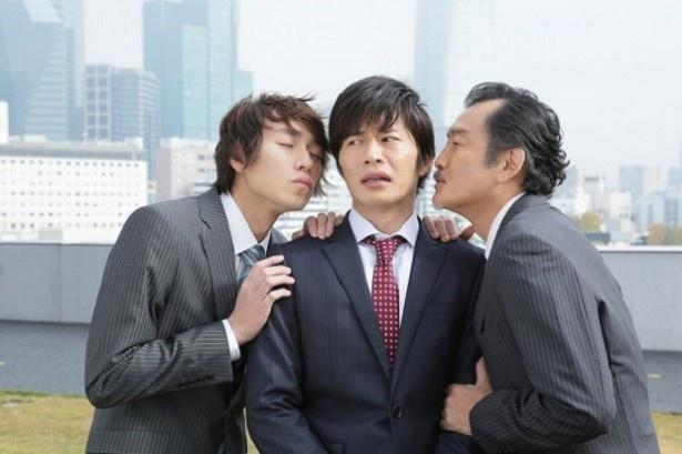【写真を見る】吉田と落合、2人が田中圭に迫っていく!