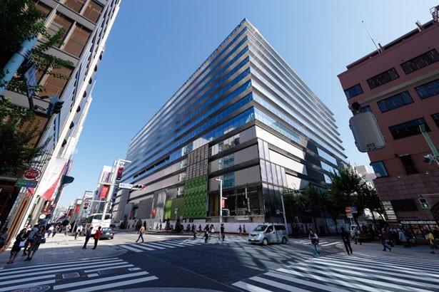【写真を見る】銀座の中央通り沿いにオープン! 最上階には屋上庭園が広がる/GINZA SIX