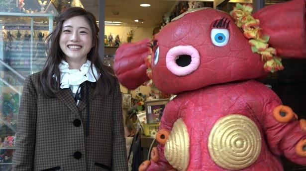 店の看板怪獣と笑顔で記念撮影