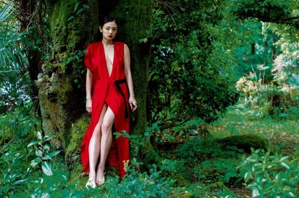【写真を見る】ジャングルのような森林の背景に、真っ赤な衣装が映える