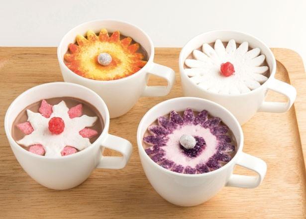 【写真を見る】DOMINIQUE ANSEL BAKERY TOKYOの冬限定メニュー「ホットチョコレート」(各864円)。フランス産のビターなチョコレートに、マシュマロの花が咲く ※カフェのみ