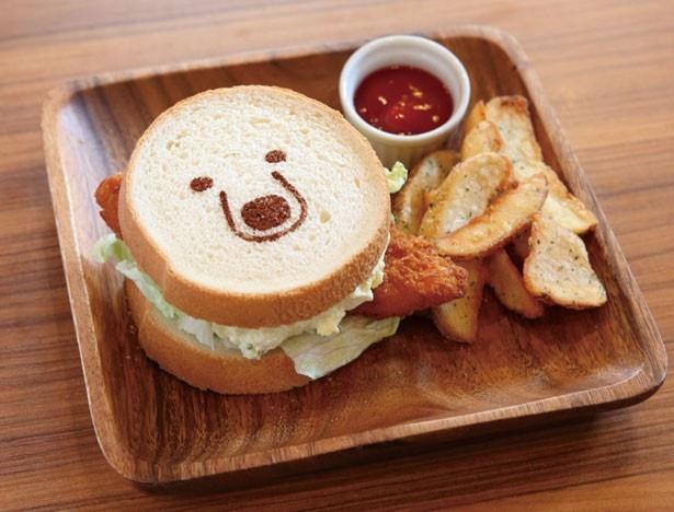 熱々のフライをサンド!/しろくまカフェ in Takadanobaba「シロクマくんのサーモンフライサンド」(800円)