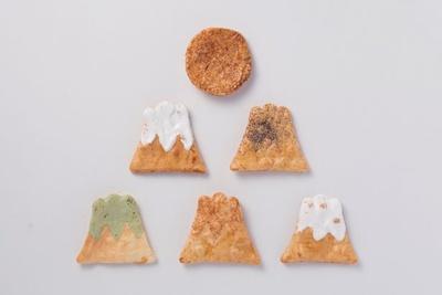 四季の富士山と初日の出を表現した、お正月らしいせんべいの詰め合わせ/日本市「煎屋 手焼き煎餅富士山 初日の出入り」(6枚入り1080円)