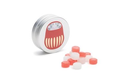 缶にだるまがデザインされた、縁起の良い一品。キャンディはアップル&ヨーグルト味/ヒトツブカンロ「縁起缶キャンディ」(390円)