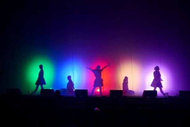 【写真を見る】神宿メンバーのメンバーカラーとシルエットで会場がざわつく!