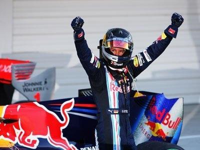 天王山のレースで優勝し、パルク・フェルメ(検車場)に帰ってきたベッテル選手。ガッツポーズが板についてきた