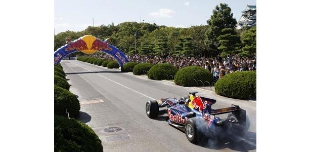 大阪城公園を爆走するレッドブル・レーシング。パイロットは昨年引退した伝説のドライバー、デビッド・クルサード